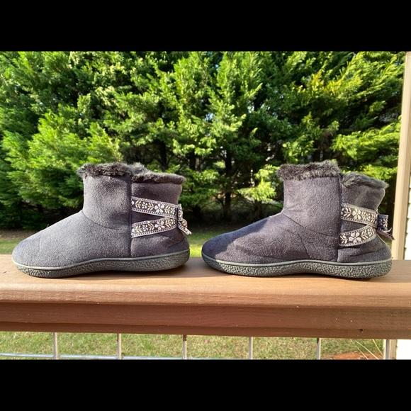 Isotoner Black Slippers Size 8.5-9